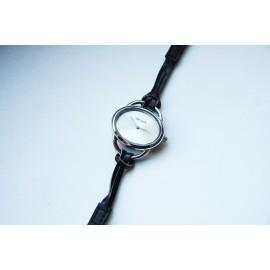 Moteriškas laikrodis Julius su juoda apyranke